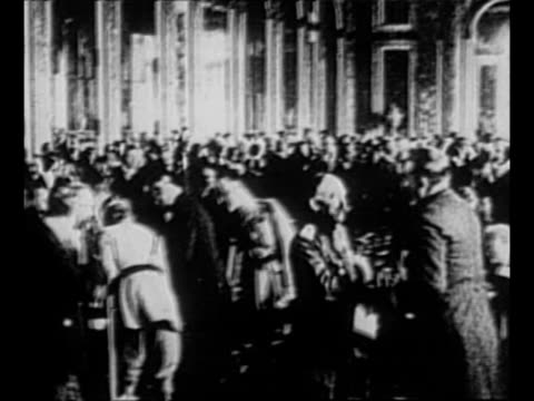 vidéos et rushes de montage int palace of versailles with paris peace conference in progress / british prime minister david lloyd george departs tips his top hat as he... - versailles