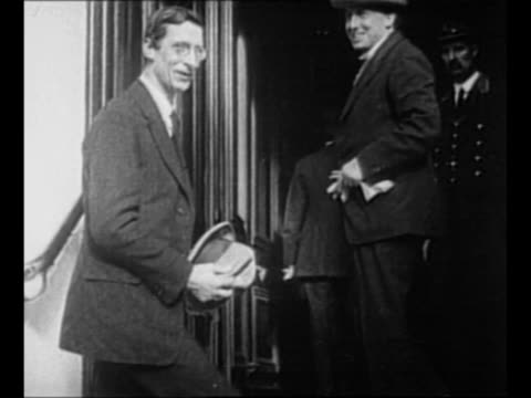 montage irish sinn fein delegation arrives in london to negotiate peace with england / politician eamon de valera enters building with others / irish... - 北アイルランド点の映像素材/bロール