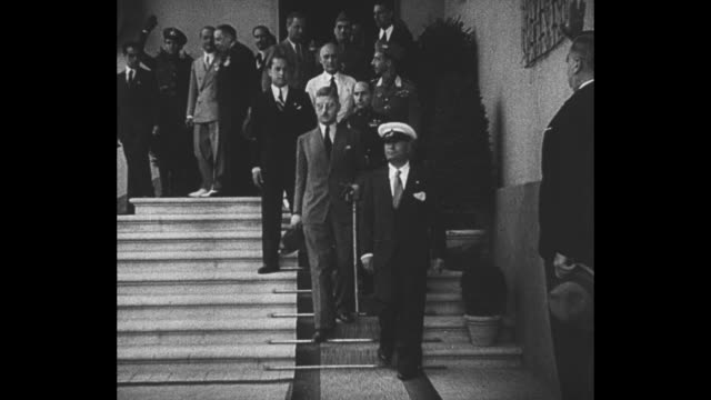 vídeos de stock e filmes b-roll de montage italian dictator benito mussolini and austrian chancellor kurt schuschnigg walk down steps pose for photos in florence italy - benito mussolini