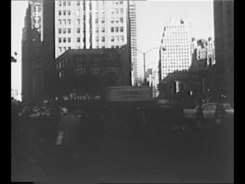 vídeos de stock, filmes e b-roll de montage new york city scenes in 1940s/1950s empire state building backlit by sun traffic approaching grand central terminal with new york central... - manhattan bridge