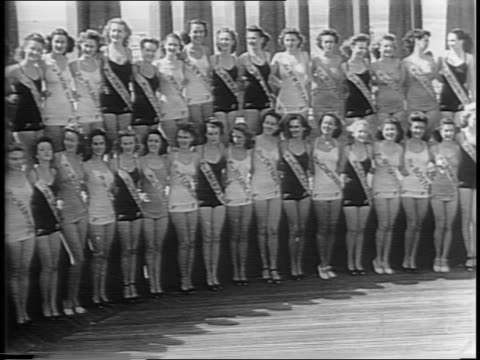 vídeos y material grabado en eventos de stock de montage of 1945 miss america pageant parade marches down the street in atlantic city / 40 contestants pose for a picture / on stage, contestant... - contestant