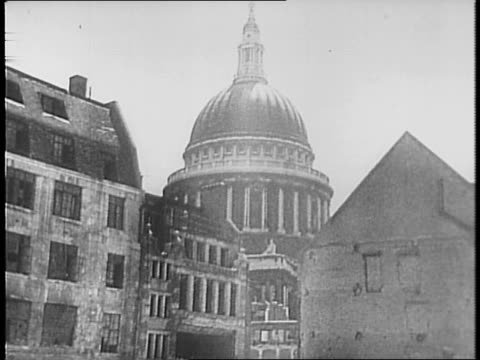 stockvideo's en b-roll-footage met montage of busy london streets over which hang british and american flags / statue of george washington stands in the courtyard of st martin's church... - british military