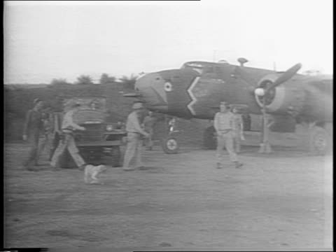 vidéos et rushes de montage of crews loading bombs into low-flying b-25 bombers at night / bomber crews in briefing room, soldiers all check their watches, stand to... - océan pacifique sud