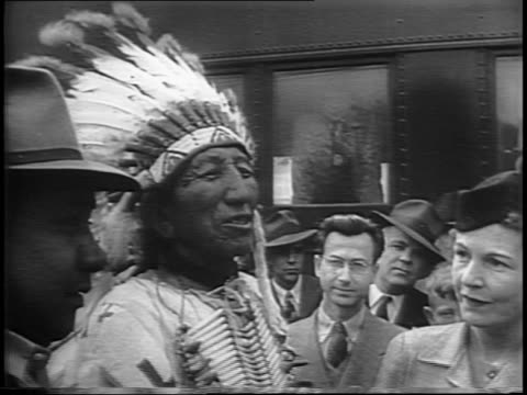vídeos de stock e filmes b-roll de montage of crowds at train station, thomas dewey and wife frances on platform, shaking hands with sioux native. - cargo governamental
