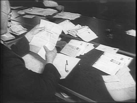 vidéos et rushes de montage of soldiers marching through london's trafalgar square / interior of office of censorship / pan along table of workers reading mail and... - armée de terre