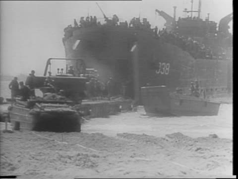 montage of soldiers unloading tanks and equipment onto the beach / montage of the new lst boats coming ashore, jeeps on beach, soldiers working and... - vittima di incidente video stock e b–roll