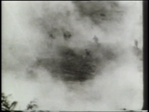a montage of world war i combat shows soldiers running from trenches and across battlefields, firing artillery, and dodging explosions. - prima guerra mondiale video stock e b–roll