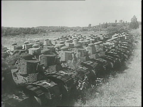 vídeos de stock, filmes e b-roll de montage of wwi tanks from 1918 lined up in a field. - forças aliadas