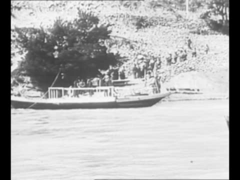 vídeos de stock, filmes e b-roll de montage russian troops in boat on river disembarking at dock / pan russian troops sit stand near river / ls crowds in russian street / muscovites... - bielorrússia