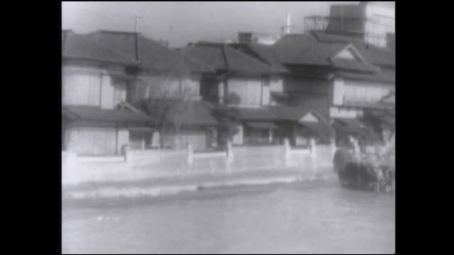 vidéos et rushes de a montage shows post-war japan, including homes and rickshaw drivers. - pousse pousse