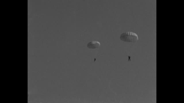 vídeos y material grabado en eventos de stock de montage us army parachutists fall toward ground as vo army officer describes the experiment they are performing by parachuting through clouds / one... - soldado paracaidista
