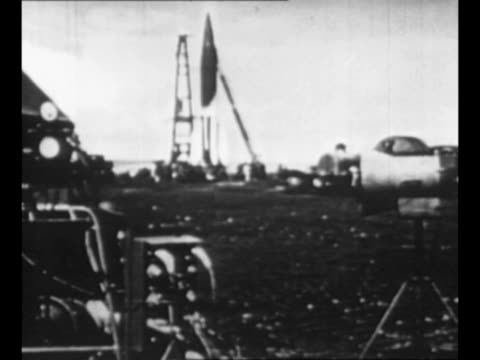stockvideo's en b-roll-footage met montage v2 missile on launch pad during world war ii / montage nazi soldiers and scientists stand near launch pad / from greatest headlines of the... - raket wapen