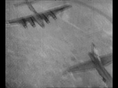 vidéos et rushes de montage wwii b17 and b24 airplanes fly including in formation approaching formation with contrails emitting as pov from camera plane with its wing in... - répandre