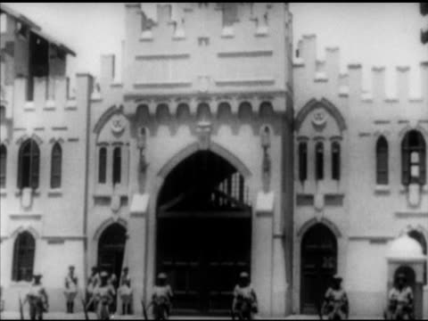 vidéos et rushes de montazah palace w/ egyptian soldiers in line across front of courtyard. note: focus not crisp. cairo, egypt: painting of king farouk being removed... - alexandrie