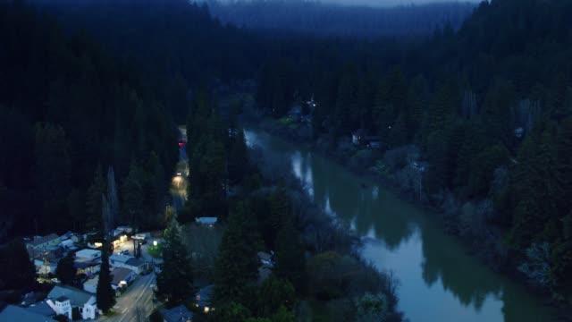 vídeos de stock, filmes e b-roll de monte rio no rio russian na noite nevoenta-antena - rio russian