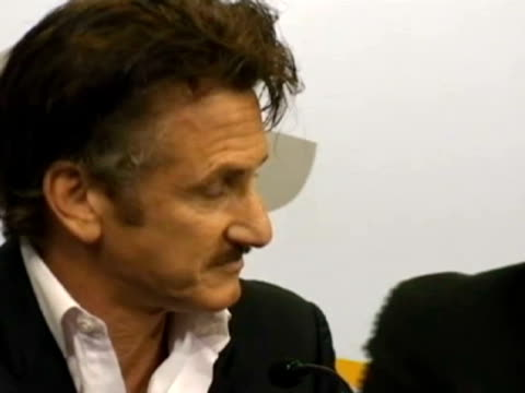 stockvideo's en b-roll-footage met alvaro mellizo us actor sean penn said after his meeting with the uruguayan president jose mujica that the military stance of united kingdom in the... - atlantische eilanden