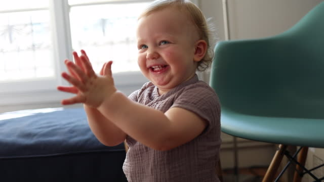 vidéos et rushes de a 18 month old baby laughing and applauding at home - 18 23 mois