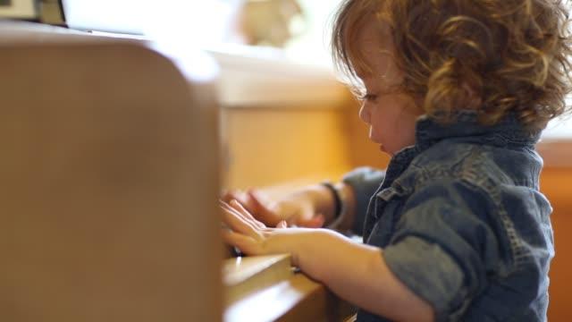vídeos y material grabado en eventos de stock de 15 month old toddler boy playing piano - sólo niños bebés