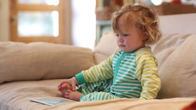 14 month old toddler boy using tablet computer - ein männliches baby allein stock-videos und b-roll-filmmaterial