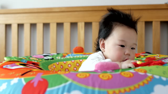 vídeos de stock e filmes b-roll de 6 months baby girl playing in play nest - 6 11 meses