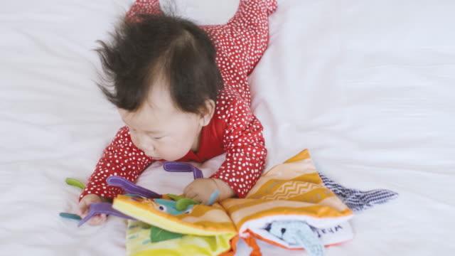 6 monate babymädchen tuch buch - 6 11 monate stock-videos und b-roll-filmmaterial