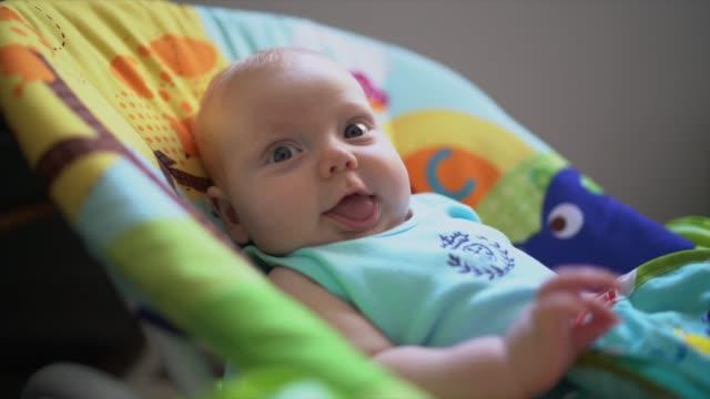 3ヶ月の赤ちゃんの笑い - 生後2ヶ月から5ヶ月点の映像素材/bロール