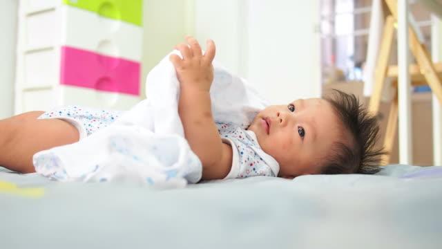 stockvideo's en b-roll-footage met 5 months baby - alleen één jongensbaby