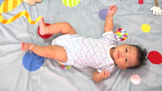 vídeos de stock e filmes b-roll de bebé de 5 meses - só um bebé menino