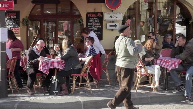 montmatre cafes - street performer stock videos & royalty-free footage