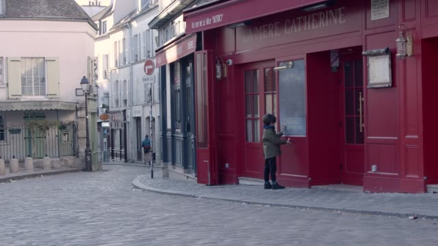 montmatre place du tertre during coronavirus lockdown paris with empty streets - french restaurant stock videos & royalty-free footage