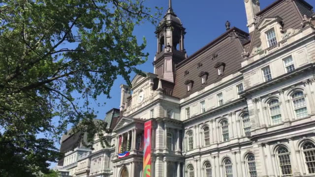 vidéos et rushes de montreal city hall building in old montreal which is a unesco world heritage site, canada - mairie