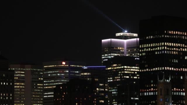 vídeos y material grabado en eventos de stock de rascacielos de ciudad de montreal en verano por la noche - hotel de ville montreal
