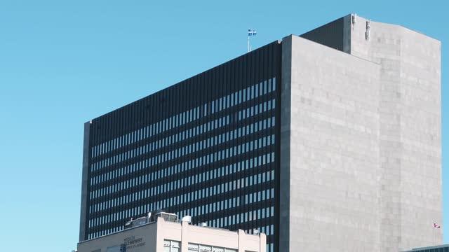 晴れた冬の日のモントリオールパレ・ド・ジャスティス裁判所の上層階 - モントリオール旧市街点の映像素材/bロール