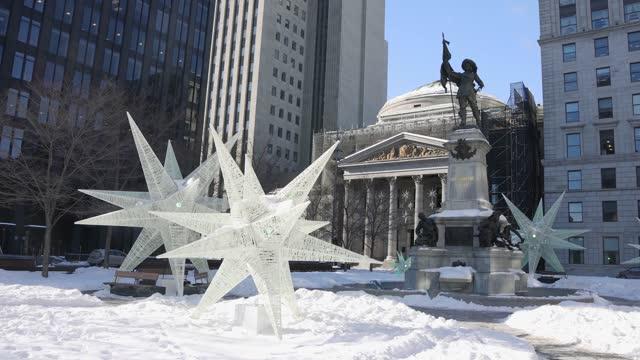 晴れた冬の午後のモントリオールプレイスダルムズの街のシーン - モントリオール旧市街点の映像素材/bロール