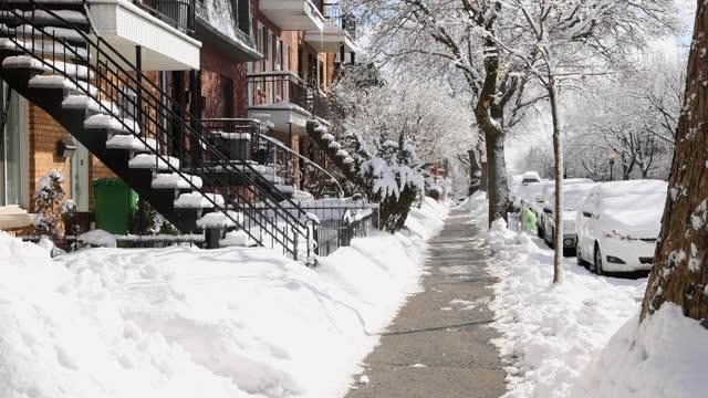 montreal rosemont bereich wohn-gehweg am frühen morgen nach einem schneesturm - pavement stock-videos und b-roll-filmmaterial