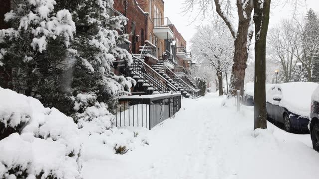 montreal rosemont bereich wohn-gehweg am frühen morgen während eines schneesturms - pavement stock-videos und b-roll-filmmaterial