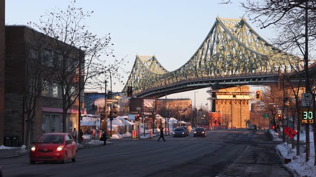 vidéos et rushes de scène de ville d'hiver de montréal au coucher du soleil comportant le pont jacques-cartier et l'avenue de l'orimier - canada