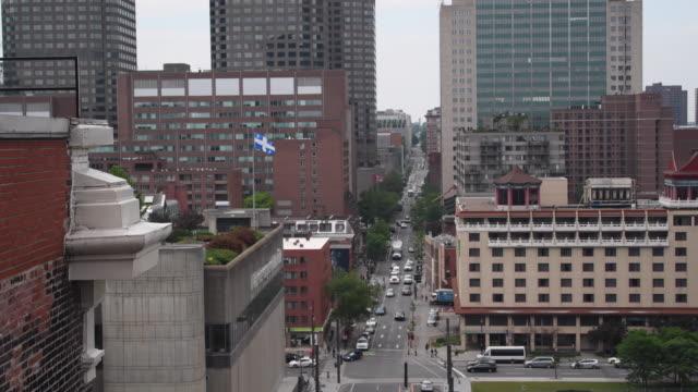 vídeos de stock e filmes b-roll de montreal,canada: rue (street) saint-urbain aerial view from the hotel 'place d'armes' - vista geral