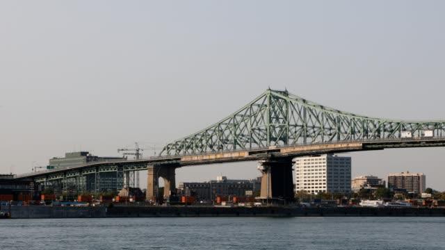 モントリオールのジャック・カルティエ橋と商業ドックワイド4kビデオ - montréal点の映像素材/bロール