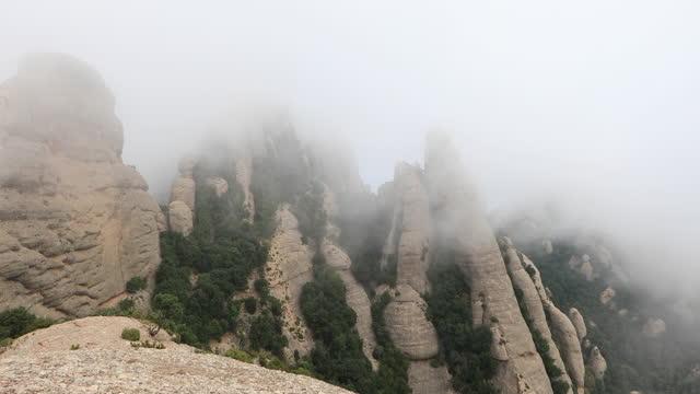 モントセラト霧の日のビデオ - モングロスから運河デララム、エルスエコス、セラート・デ・サン・ジェローニへの眺め - roca点の映像素材/bロール