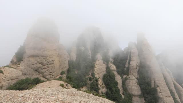 モントセラト霧の日のビデオ - モングロペスからラ・ラム運河、エルス・エコス、セラート・デ・サン・ジェローニへの眺め - roca点の映像素材/bロール