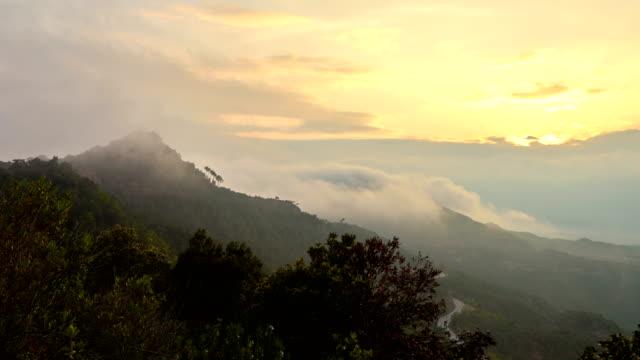 vidéos et rushes de vue sur la montagne de montserrat - rocher