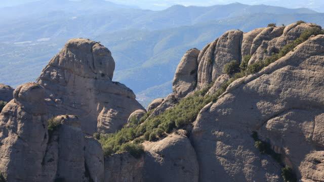 stockvideo's en b-roll-footage met montserrat time lapse video-de patufet-de vlakke rots van de llamps in de buurt van montgros - roca