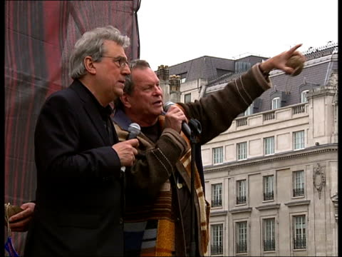 stockvideo's en b-roll-footage met monty python fans and stars of spamalot break coconut orchestra record england london trafalgar square photography * * terry jones and terry gilliam... - terry gilliam