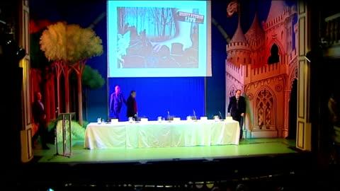vídeos de stock, filmes e b-roll de press conference announcement; england: london: playhouse theatre: int **flashlight photography throughout** monty python members john cleese, eric... - monty python