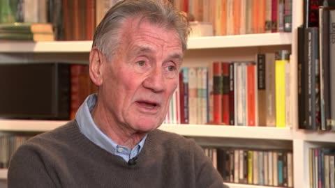 vídeos de stock, filmes e b-roll de monty python's terry jones dies aged 77; england: int sir michael palin interview sot cutaway reporter - monty python