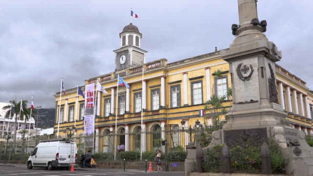 stockvideo's en b-roll-footage met ws monument and building in city, reunion island - french overseas territory