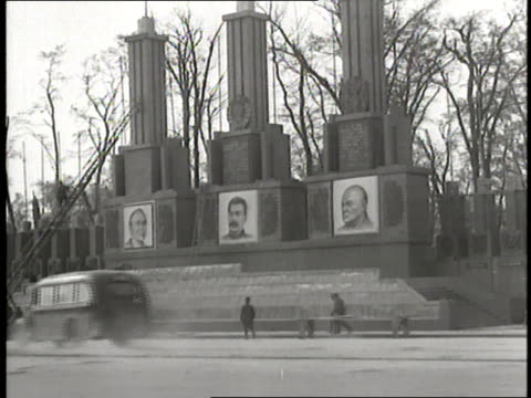 vidéos et rushes de a monument displays posters of us president harry s truman soviet premier joseph stalin and british prime minister winston churchill civilians and... - 1945