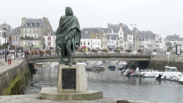stockvideo's en b-roll-footage met a monument in the harbor of le croisic in fog - mannelijke gelijkenis