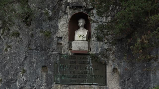 stockvideo's en b-roll-footage met monument king maximilian ii at lech waterfall near fuessen, allgaeu, swabia, bavaria, germany - mannelijke gelijkenis